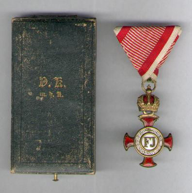 Golden Cross of Merit with Crown, on war ribbon, in case of issue (Goldenes Verdienstkreuz mit Krone, am Kriegsband, in Etui) by V. Mayer�s S�hne of Vienna, 1917