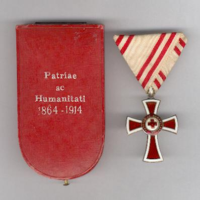 Austrian Red Cross Merit Award, 2nd Class, without War Decoration (Ehrenzeichen für Verdienste um das Rote Kreuz, II Klasse, ohne Kriegsdekoration), 1914 issue, in original case of issue by Rothe & Neffe, Vienna