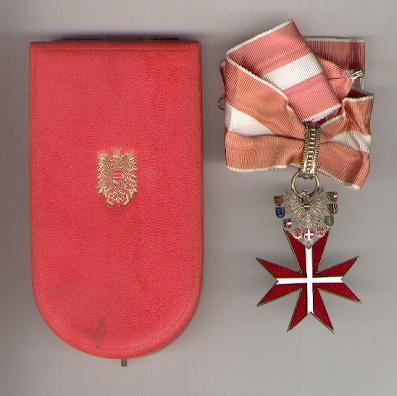 Grand Silver Decoration for Merit to the Republic of Austria (Großes Silbernes Ehrenzeichen für Verdienste um die Republik Österreich) since 1952 issue by Anton Reitterer of Vienna, in fitted embossed case of issue by Etui-Čech of Vienna