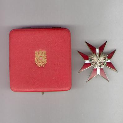 Decoration for Service to the Republic of Austria, Grand Decoration (Ehrenzeichen für Verdienste um die Republik Österreich, Großes Ehrenzeichen) since 1952 issue by Anton Reitterer of Vienna, in fitted embossed case of issue by Etui-Čech of Vienn