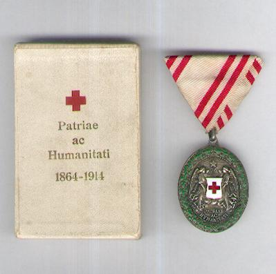 Austrian Red Cross Merit Award, silver medal with war decoration (Ehrenzeichen vom Roten Kreuz, silberne Ehrenmedaille mit Kriegsdekoration), 1914-1919 issue, in original fitted embossed pasteboard case of issue