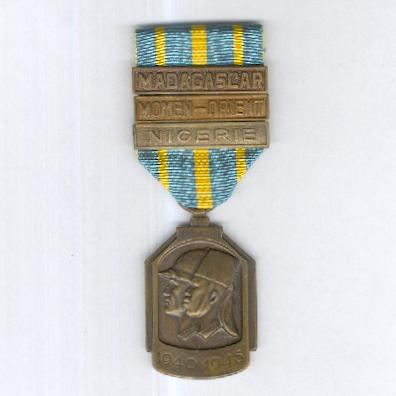 African War Medal (Médaille de la Guerre Africaine / Afrikaanse Oorlogsmedaille) 1940-1945 with 'Nigerie', 'Moyen-Orient' and 'Madagascar' clasps