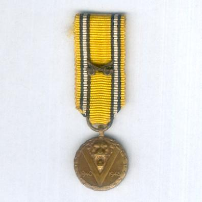 Commemorative Medal of the War (Médaille Commémorative de la Guerre / Herinneringsmedaille van de Oorlog), 1940-1945, with crossed sabres on the ribbon, miniature