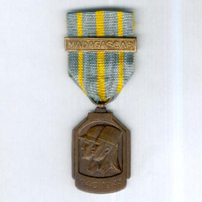African War Medal (Médaille de la Guerre Africaine / Afrikaanse Oorlogsmedaille) 1940-1945 with 'Madagascar' clasp