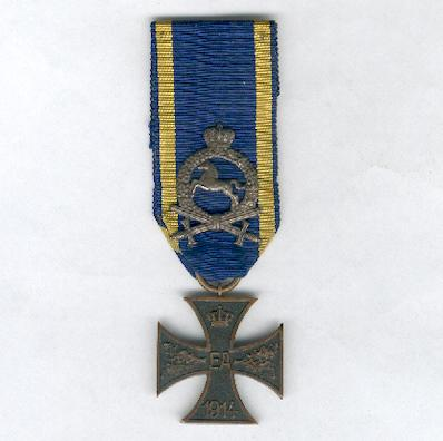 BRUNSWICK.  War Merit Cross, II class, on combatant ribbon with 'Probationer's Badge' (BRAUNSCHWEIG.  Kriegsverdienstkreuz, II. Klasse, am Kämpferband mit 'Bewährungsabzeichen'), 1914-1918
