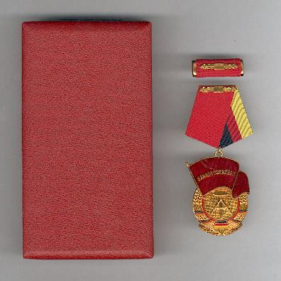 Order of the Banner of Labour, I class, with ribbon bar, in fitted case of issue (Orden Banner der Arbeit, I. Klasse, mit Interimsspange, im Etui)