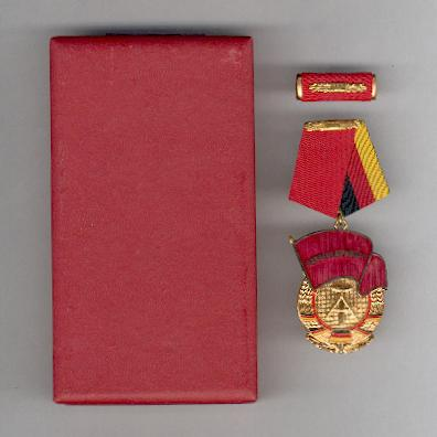 Order of the Banner of Labour, II class, with ribbon bar, in fitted case of issue (Orden Banner der Arbeit, II. Klasse, mit Interimsspange, im Etui)