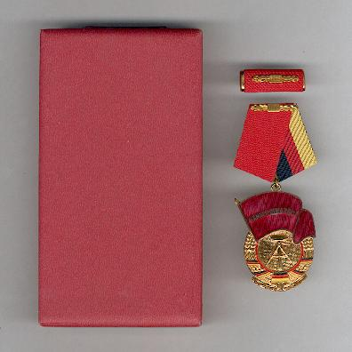 Order of the Banner of Labour, III class, with ribbon bar, in fitted case of issue (Orden Banner der Arbeit, III. Klasse, mit Interimsspange, im Etui)