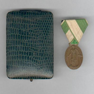 SAXONY, Kingdom.  Medal for Loyalty in Work, Chamber of Industry and Trade, Plauen (SACHSEN - Königreich.  Medaille Für Treue in der Arbeit, Industrie-und Handelskammer Plauen) by Karl Goetz of Munich, in original fitted case of issue