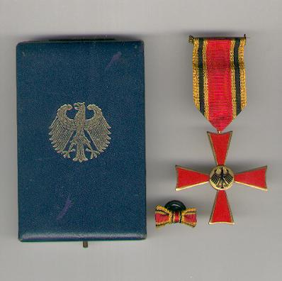 FEDERAL REPUBLIC OF GERMANY.  Order of Merit, Cross of Merit with buttonhole bow, in case of issue (BUNDESREPUBLIK DEUTSCHLAND.  Verdienstorden, Verdienstkreuz im Etui mit Knopflockband) by C. E. Juncker of Berlin