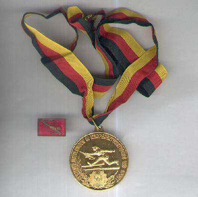 Medal for Best Performance in Physical Education and Sport of the Ministry of Interior, gold (Medaille für Bestenermittlungen in Körperertüchtigung und Sport des Ministeriums des Innern, Gold) with related lapel badge
