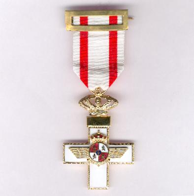 Cross of Aeronautical Merit, Cross with White Distinction (Cruz del Mérito Aeronáutico, Cruz con Distintivo Blanco)