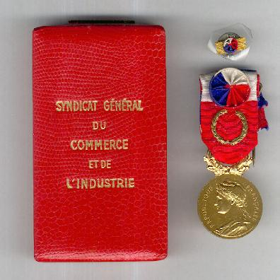 Medal of Honour for Labour of the Ministry of Labour, 'grand gold', attributed in 1977, with buttonhole rosette, cased (Médaille d'Honneur du Travail du Ministère du Travail, 'grand or', attribuée en 1977, avec rappel, dans son écrin)