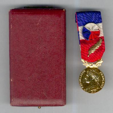 Medal of Honour for Labour of the Ministry of Labour, 'gold', attributed in 1980 (Médaille d'Honneur du Travail du Ministère du Travail, 'or', attribuée en 1980), cased