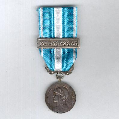 Colonial Medal, First Official Type, 1895-1913 by Mercier of Paris with 'Madagascar' bar (Médaille Coloniale, Premier Type Officiel, 1895-1913, Mercier, avec agrafe 'Madagascar')