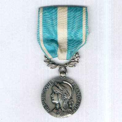 Colonial Medal, rare Free French 'London' version (Médaille Coloniale, rare modèle de la France Libre dit «de Londres), 1942, by J.R. Gaunt & Son Ltd. of London
