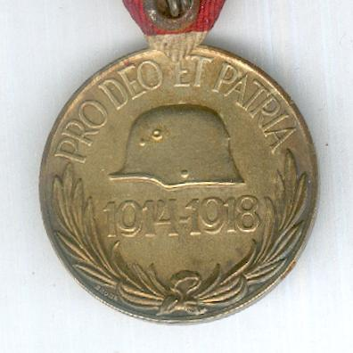 Commemorative Medal for World War I for combatants (Haborús Emlékérem kardokkal és sisakkal) with veteran's 25 year oak wreath on the ribbon