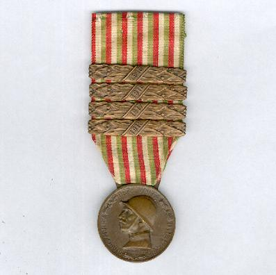 Commemorative Medal for the War of 1915-1918 (Medaglia Commemorativa della Guerra 1915-1918) by M. Nelli Inc. of Florence, with �1915�, �1916�, �1917� and �1918� bars