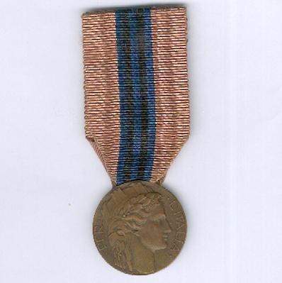 Medal of Merit for the Volunteers for East Africa (Medaglia di Benemerenza per i Volontari dell'Africa Orientale), 1935-1936, type 'B' by Lorioli & Castelli of Milan