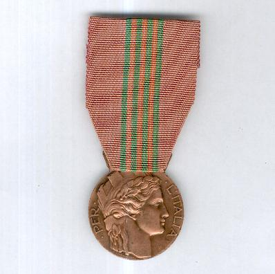 Medal of Honour for Italian Volunteers of the War of 1940-1945 on the ribbon for the 1940-1943 campaign (Distinivo d'Onore per gli ex Irredenti Italiani Volontari di Guerra, 1940-1945 con nastrino per la campagna 1940-43),undated version
