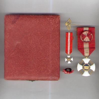 Order of the Crown of Italy, officer (Ordine della Corono d'Italia, ufficiale) with corresponding miniature, buttonhole rosette and tie pin, in original fitted case of issue