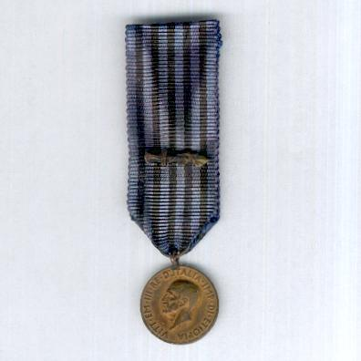 Commemorative Medal for Operations in East Africa (Medaglia Commemorativa delle Operazioni in Africa Orientale) 1935-1936, with combatant's gladius on the ribbon, miniature