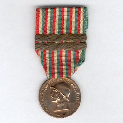 Commemorative Medal for the War of 1915-1918 (Medaglia Commemorativa della Guerra 1915-1918) by Stefano Johnson of Milan with '1915' and '1916' bars