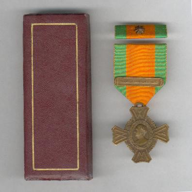 Commemorative War Cross (Oorlogs-herinneringskruis) with 'KRIJG TE LAND 1940-1945' bar and ribbon band with bronze star, in original fitted case of issue by van Wielik of The Hague