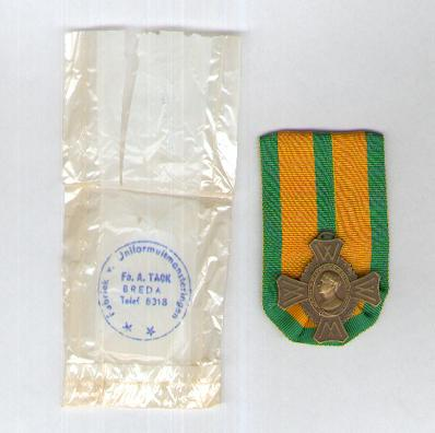 Commemorative War Cross (Oorlogs-herinneringskruis) 1940-1945 with envelope of issue by Firma A. Tack of Breda