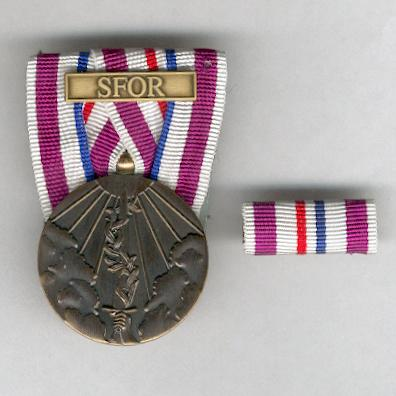 Commemorative Medal for Peacekeeping Operations with 'SFOR' bar (Herinneringsmedaille Vredesoperaties met gesp 'SFOR'), with corresponding ribbon bar