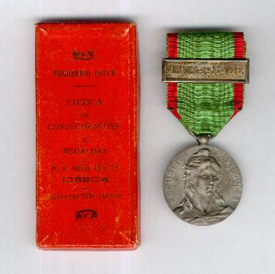 Military Campaign Medal (Medalha Comemorativa da Campanhas do Exército Português) 1916, silver,  with 'FRANÇA-1917•1918' bar, in rare original box of issue by Frederico Costa of Lisbon