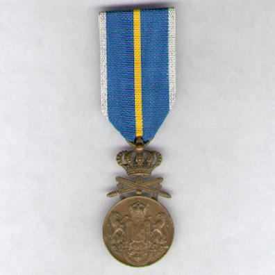 Loyal Service Medal (Medalia Serviciul Credincios), 3rd Class, with crossed swords, 1938-1947 issue