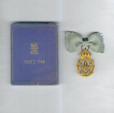 King Gustaf V's 90th Birthday Commemorative Decoration (Konung Gustaf V's 90-årsdag Jubileumsminnestecken) 1948, in case of issue, by C.C. Sporrong & Co. of Stockholm