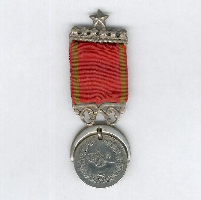 Medalla de la guerra con Grecia (Yunan Muharabsei Madalyasi) 1897 con inusual adornado suspensión media luna decorativa y barra superior estrella