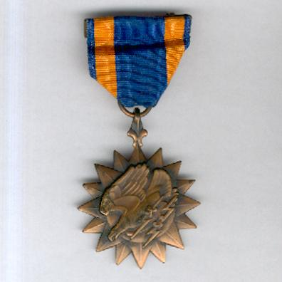 Air Medal with ribbon bar and enamel lapel bar in World War II vintage case of issue