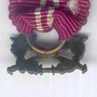 UNCERTAIN RIBBON AND SUSPENSION. Maroon ribbon with two white centre stripes and bronze crossed swords and oak wreath suspension, miniature