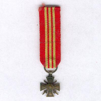 War Cross 1939-1945, rare unofficial version dated '1939 1945' (Croix de Guerre 1939-1945, rare modèle non-officiel datée '1939 1945'), miniature