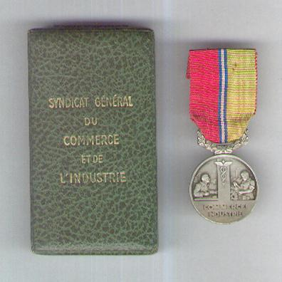 Medal of the General Syndicate of Commerce and Industry, silver, by Arthus Bertrand & Cie. of Paris, attributed in 1950, in case of issue by Ets. Roger Welter, Paris (Médaille du Syndicat Général du Commerce et de l'Industrie, argent, par Arthus Bertrand & Cie., Paris, attribuée en 1950, dans son écrin d'origine de Ets. Roger Welter, Paris)