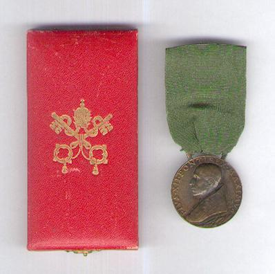 Jubilee Medal of Pope Pius XII, 1950, bronze, by Aurelio Mistruzzi, in original fitted embossed case of issue
